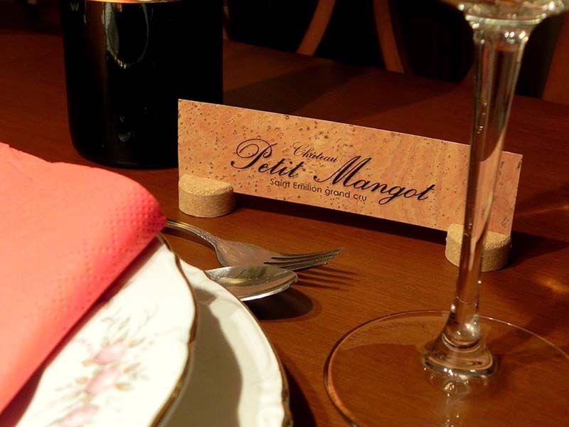 nombrar-las-mesas-de-los-invitados-original-con-corcho-natural