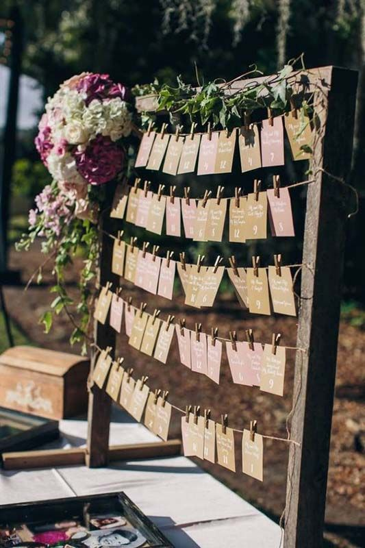 tablero-con-nombres-de-invitados-boda
